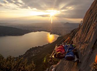 Passez une nuit vertigineuse suspendu au-dessus du lac d'Annecy!