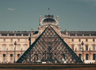 On vous dévoile 10 anecdotes sur la Pyramide du Louvre